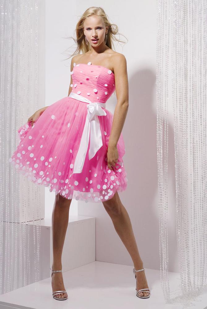 Ассортимент стильных платьев для девушек в интернет-магазине. Concept