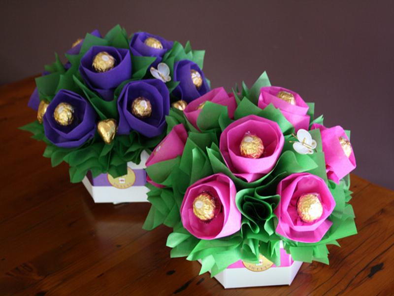 Как сделать  цветы из бумаги и конфет  поэтапно фото 46
