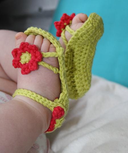 В дополнение к летней панамке можно при помощи простого крючка и мотка хлопчатобумажных ниток изготовить вот такие очаровательные босоножки