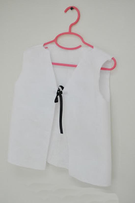 Белую футболку или жилетку необходимо