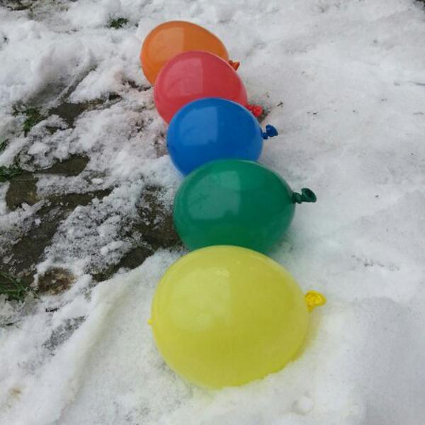 Как зимой украсить двор?  Разноцветные ледяные шары своими руками