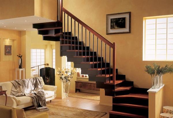 На второй этаж лестницы деревянные