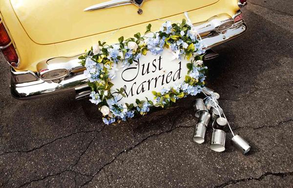 Украшения на машину: жестяные банки, как свадебное украшение на машину