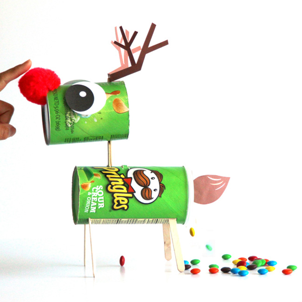 Оригинальные поделки к Новому году: Северный олень с конфетами