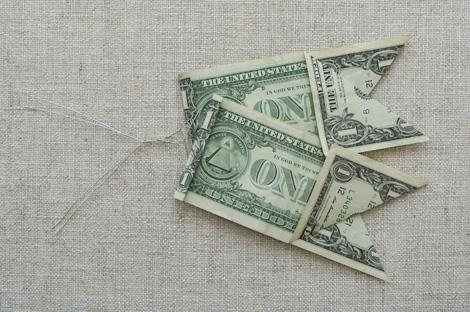 Денежное оформление подарка: бант из денег
