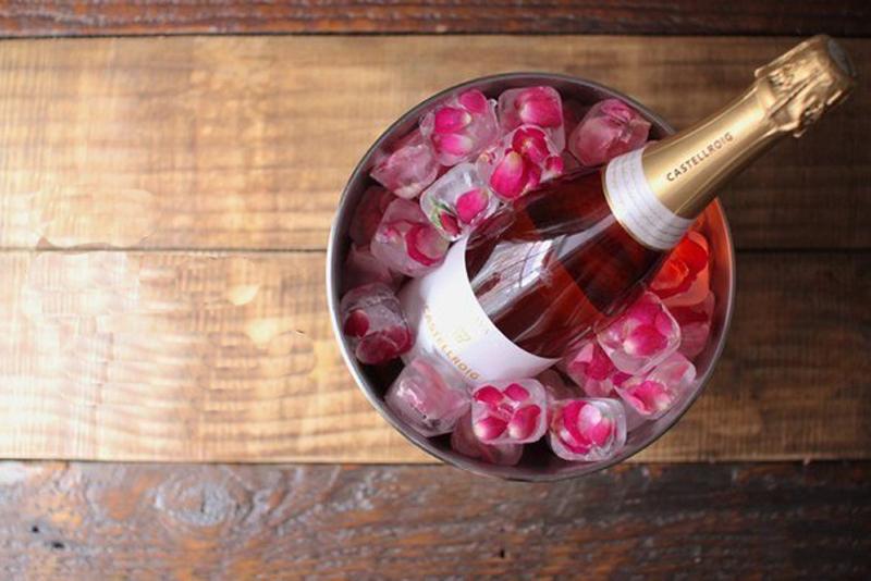 Идея для романтического вечера: красивый лед для шампанского