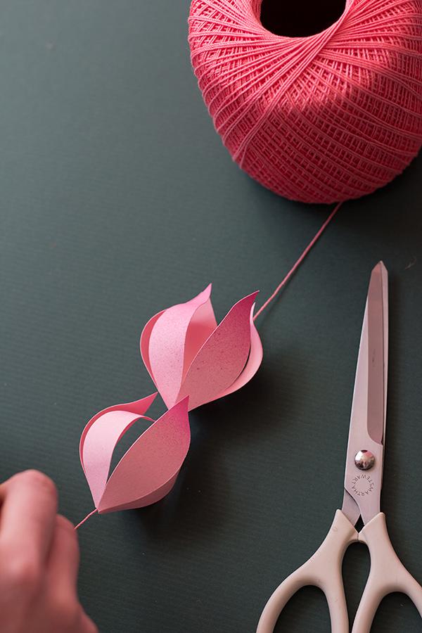 Как сделать гирлянду из бумажный цветов
