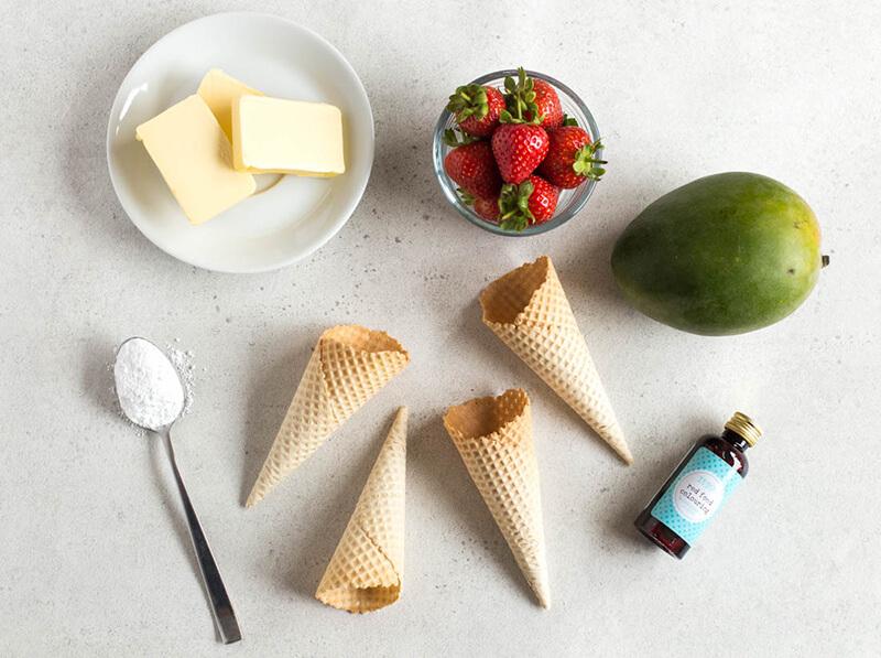 Домашнее мороженое с клубникой, манго и сливочным кремом