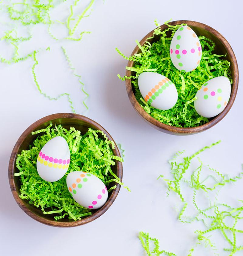 Пасхальные яйца, украшенные неоновыми наклейками