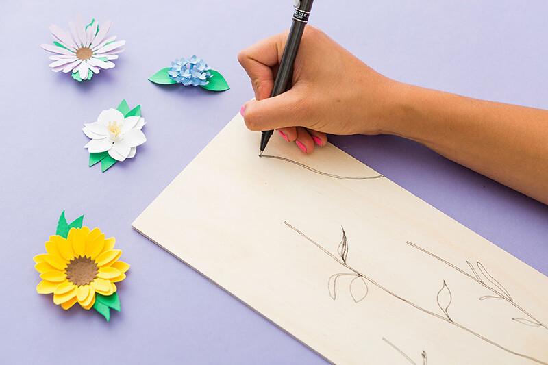 Поделки из бумаги своими руками: гирлянда на торт, картина из бумажных цветов, украшение для телефона