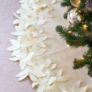 Как украсить низ елки. Как украсить новогоднюю елку своими руками?