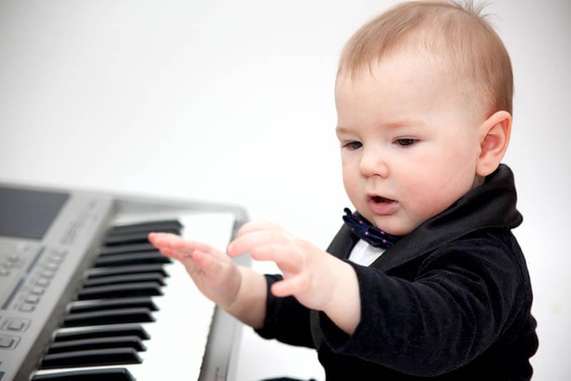 Знакомство малыша с музыкой