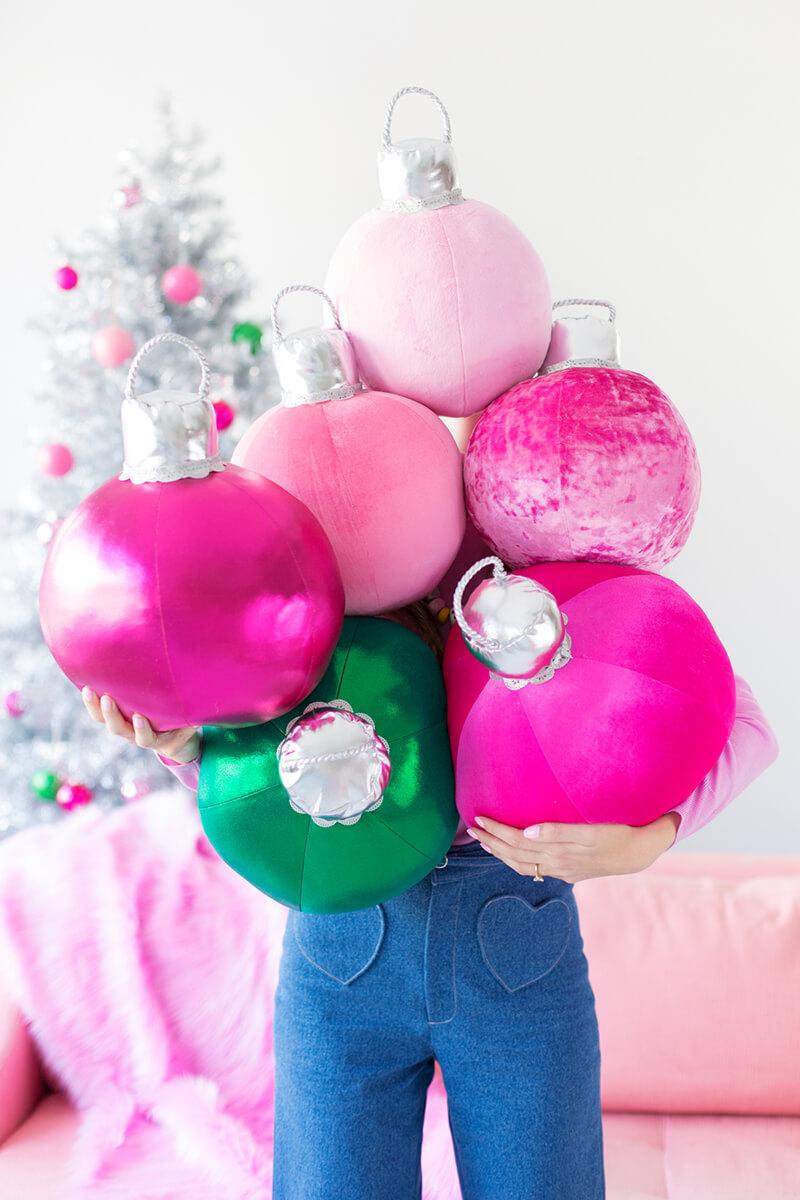 Новогодние подушки своими руками в виде гигантских елочных шаров