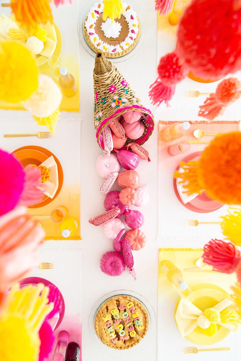 Как украсить комнату своими руками на День Рождения помпонами?