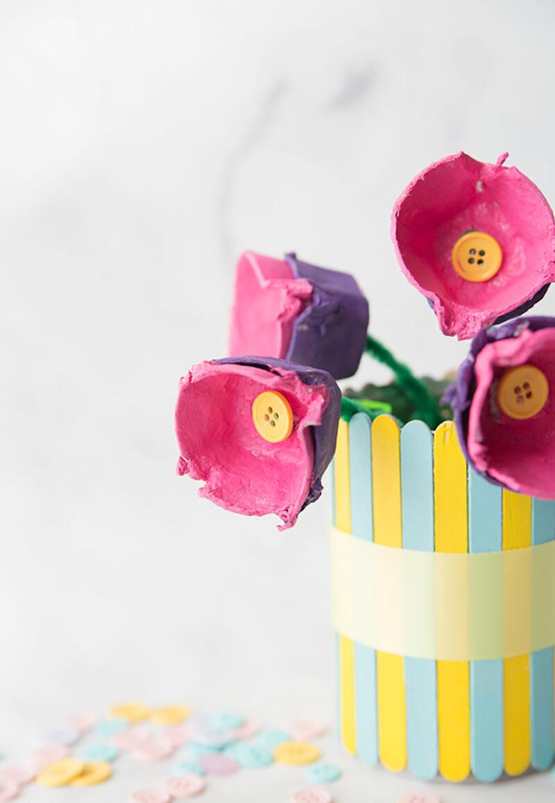 Детская поделка из яичных лотков. Цветы для мамы своими руками