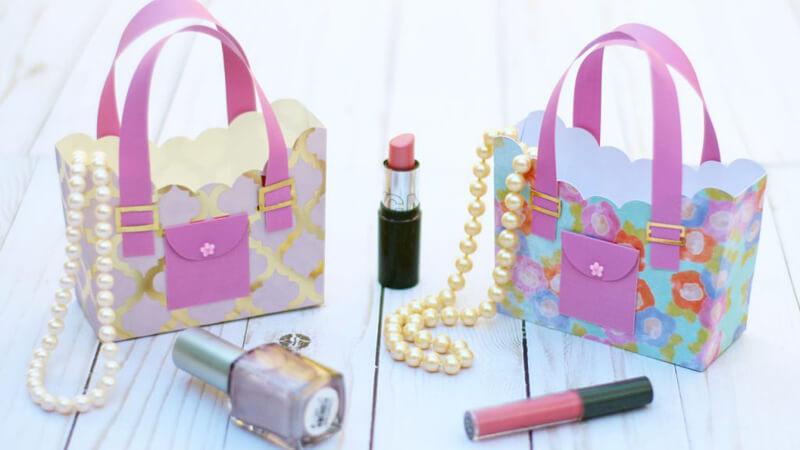 2bb93be1d092 Внутрь сумочки засыпьте бумажную стружку и уложите свой подарок.