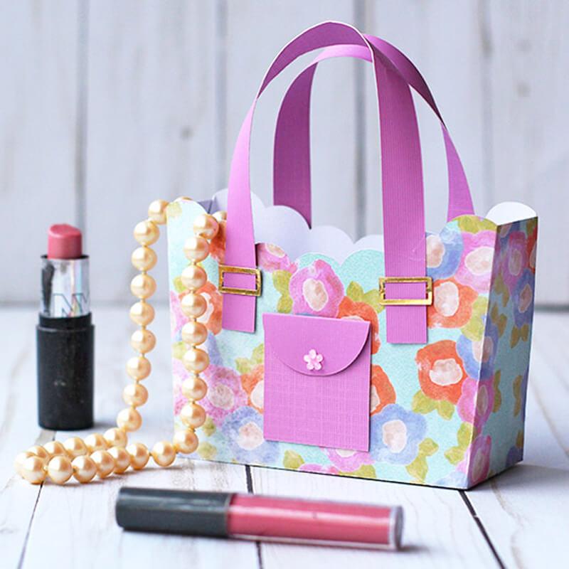 920240c97806 Для изготовления сумки из бумаги Вам будут необходимы следующие материалы:  готовые шаблоны сумочки, плотная декоративная бумага, ножницы, клей,  линейка.