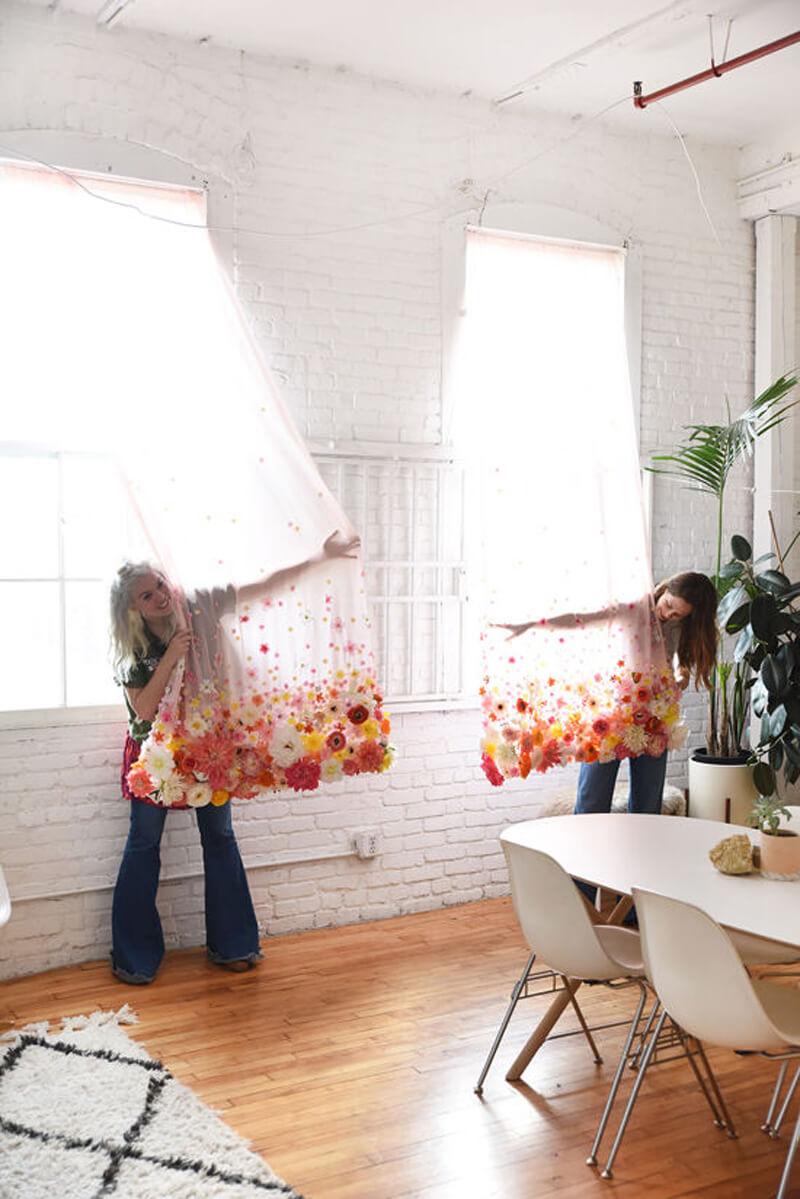 Как украсить занавески своими руками к лету?