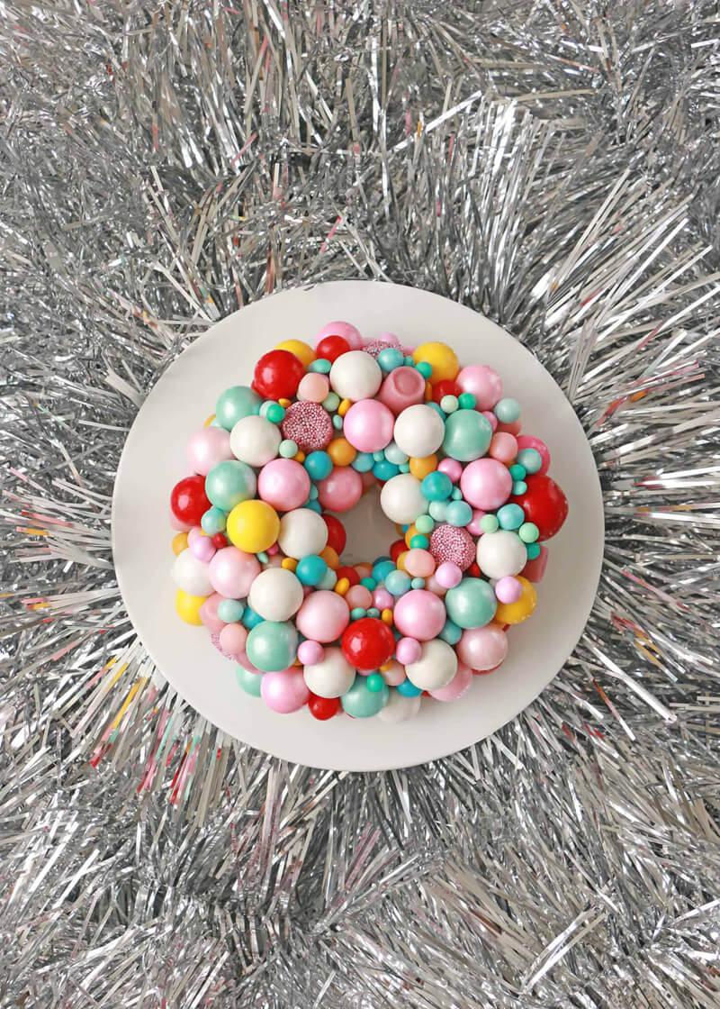 Как украсить торт на Новый год конфетами?