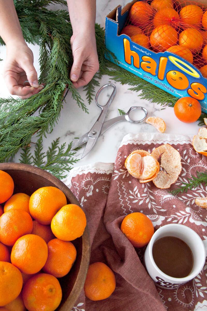 Венок из мандаринов своими руками для украшения новогоднего интерьера