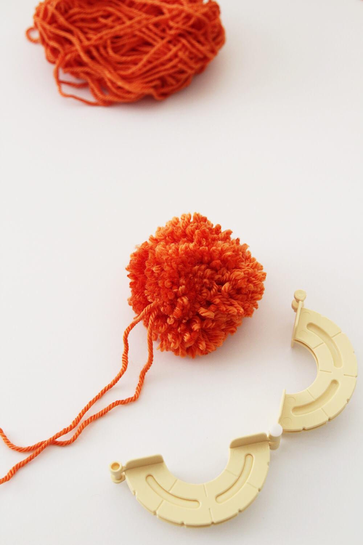 Гирлянда на Хэллоуин своими руками из ниток: объемные тыквы и приведения