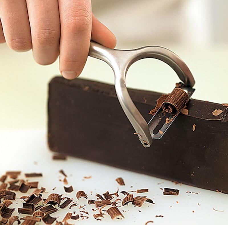 Как натереть шоколад для украшения десертов?