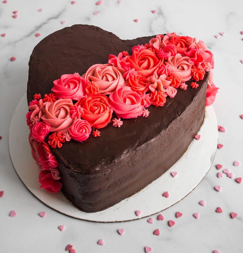 Как украсить торт на День Святого Валентина своими руками?